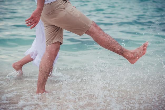 Paar gelukkige huwelijksreis romantisch in liefde bij strandzonsondergang. verliefd op het strand.
