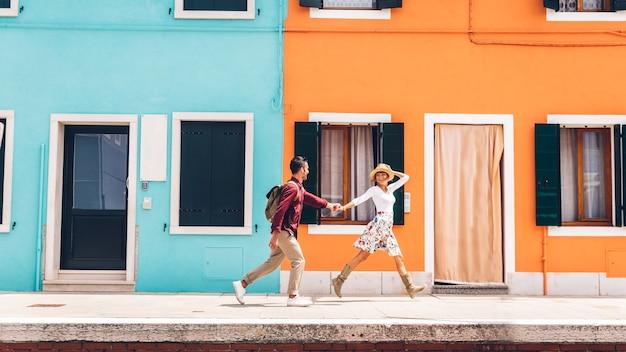 Paar gelukkige toeristen die burano, italië bezoeken