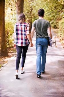 Paar genieten in het park