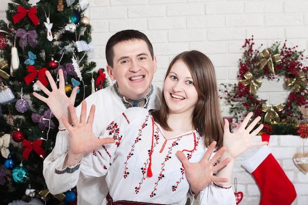 Paar genieten samen op kerstavond thuis