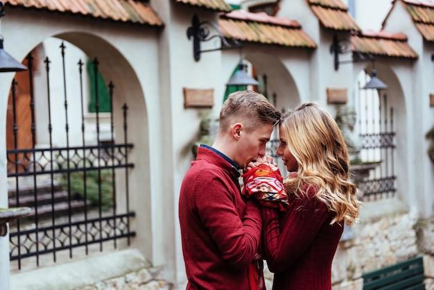 Paar genieten van buiten in een stedelijke omgeving