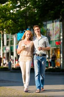 Paar genieten van de koffie tijdens de lunch of pauze