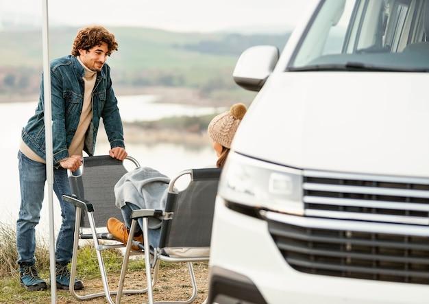 Paar genieten van de natuur tijdens een roadtrip met de auto