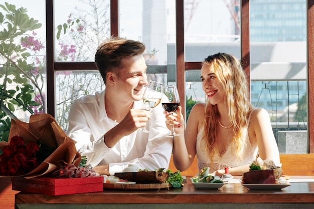 Paar genieten van diner Premium Foto