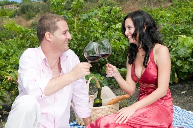 Paar genieten van een dag tussen de wijngaarden en genieten van een goede wijn?