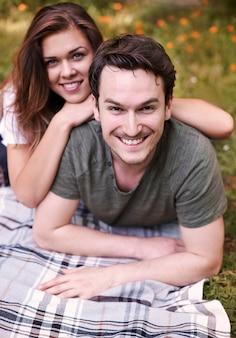Paar genieten van een picknick in het park