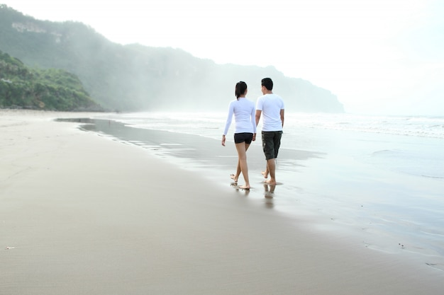 Paar genieten van een zomervakantie op het strand