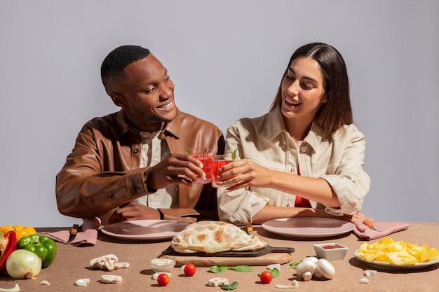 Paar genieten van heerlijk italiaans eten