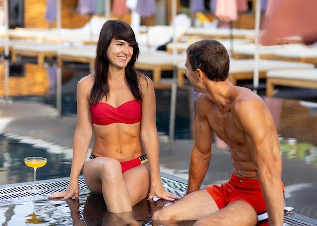 Paar genieten van hun dag bij het zwembad