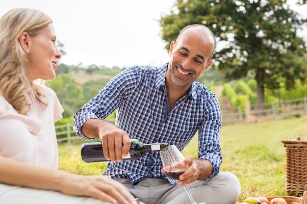 Paar genieten van picknick
