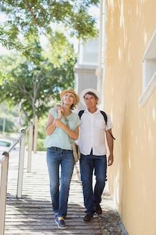 Paar genieten van stedentrip