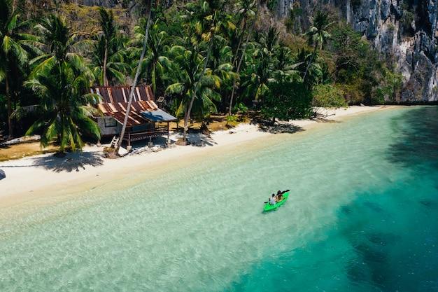 Paar genieten van tijd kajakken voor het strand in coron. concept over zomer, lifestyle, reislust en natuur