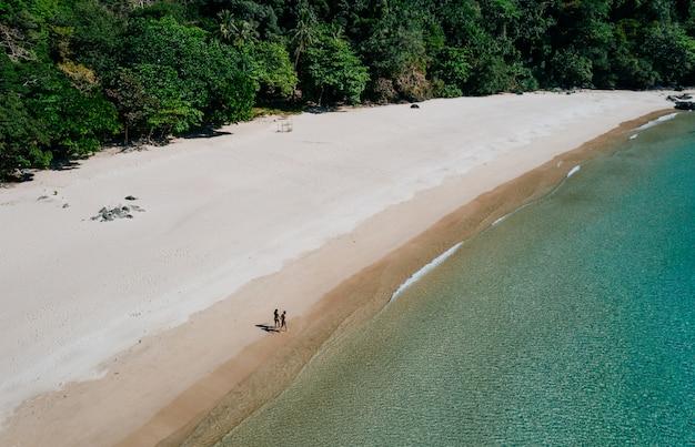 Paar genieten van tijd voor het strand in coron. concept over zomer, lifestyle, reislust en natuur