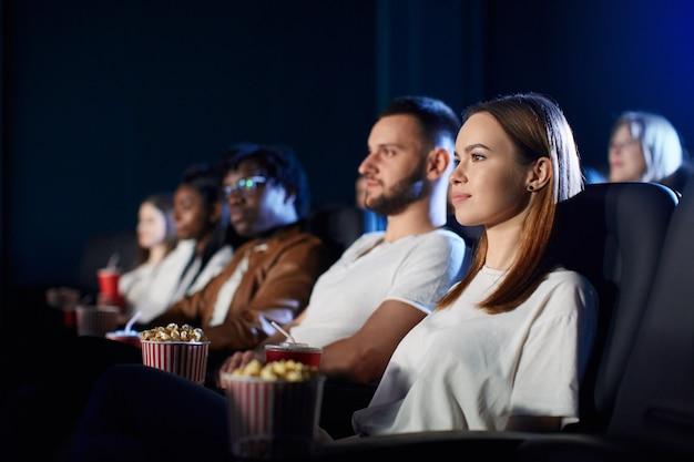 Paar genieten van vrije tijd in de bioscoop.