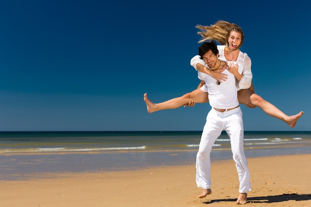Paar genieten van vrijheid op het strand