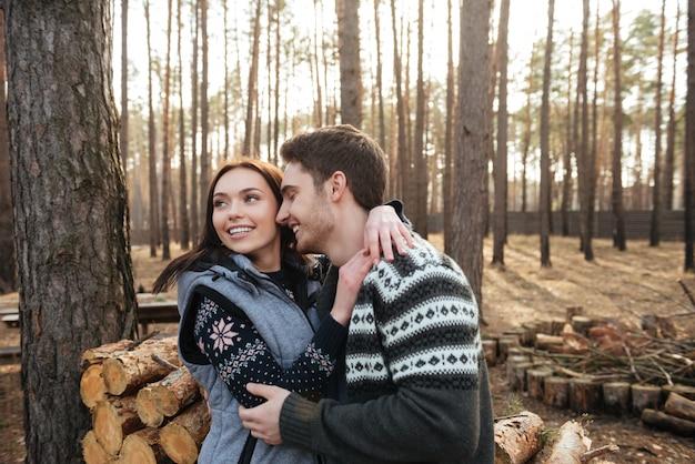 Paar genieten van wandelen in het bos