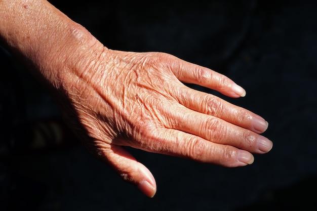 Paar gerimpelde handen van een oudere chinese vrouw