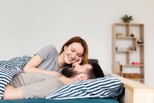 Paar glimlachen naar elkaar en wazig planken