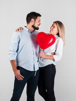 Paar glimlachen omarmd voor valentijnskaarten