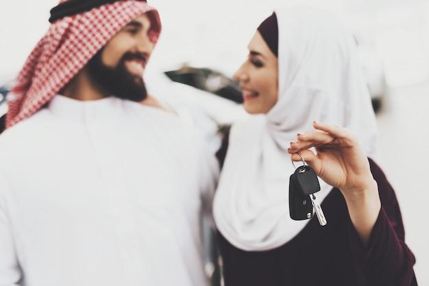 Paar glimlachend bedrijf sleutel auto