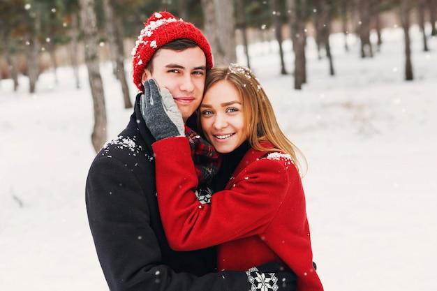 Paar glimlachend op een besneeuwde dag