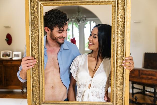 Paar glimlachend trought een frame