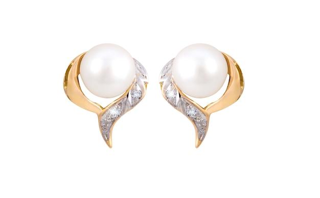 Paar gouden diamanten en parel oorbellen geïsoleerd op een witte ondergrond