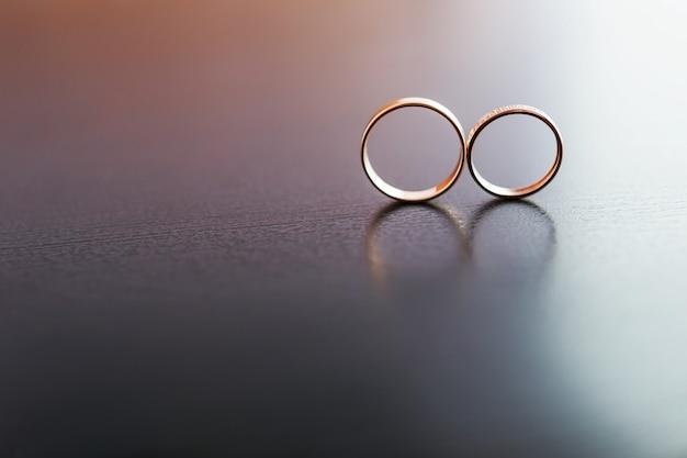 Paar gouden trouwringen met diamanten