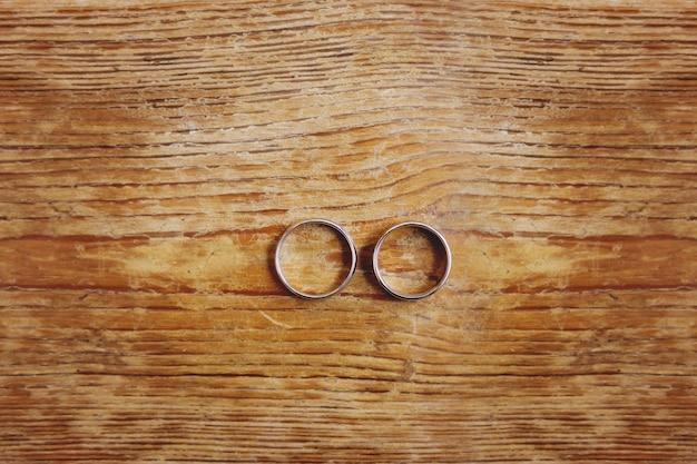 Paar gouden trouwringen. symbool van liefde, huwelijk en de vijfde (