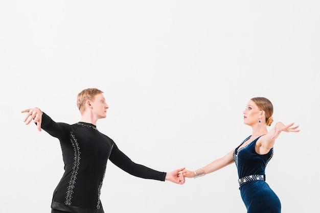 Paar hand in hand en dansen