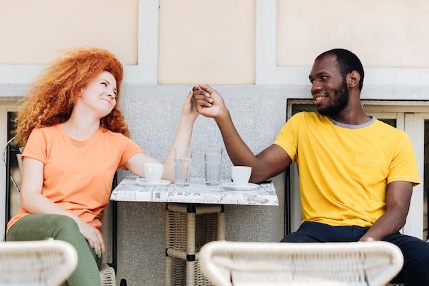 Paar hand in hand en kijken naar elkaar