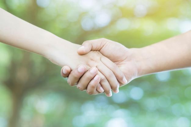 Paar hand in hand op het park
