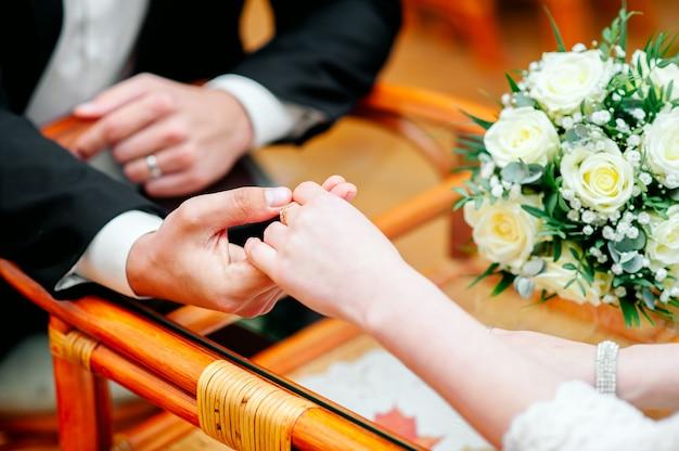 Paar hand in hand, romantische date, vergadering van geliefden