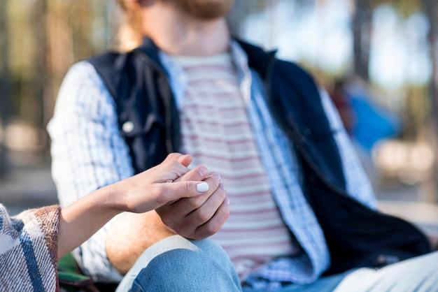 Paar hand in hand wazig vriendje
