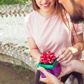 Paar hand met geschenkdoos