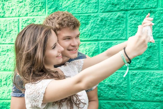 Paar heeft plezier met smartphone
