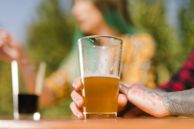 Paar het drinken ambachtbier in openlucht
