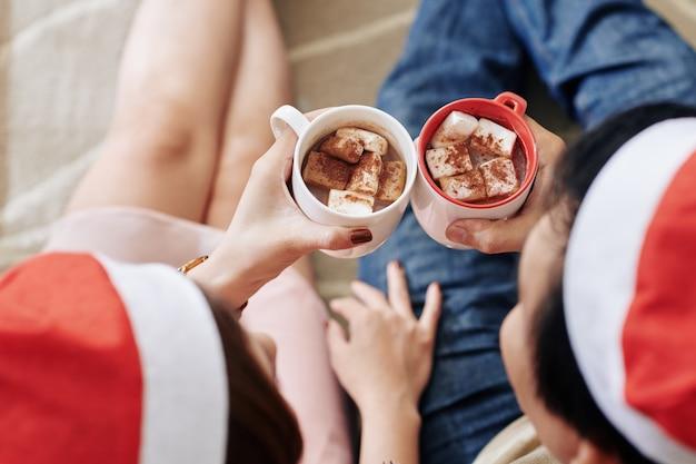 Paar het drinken van kerstmischocolade
