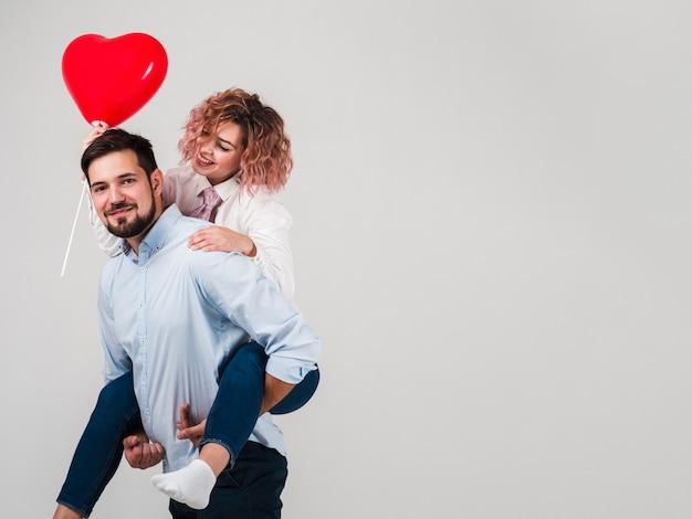 Paar het stellen met ballon voor valentijnskaarten