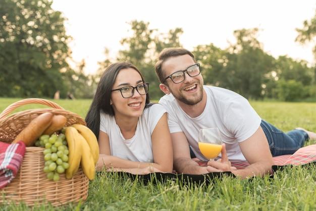 Paar het stellen op een picknickdeken