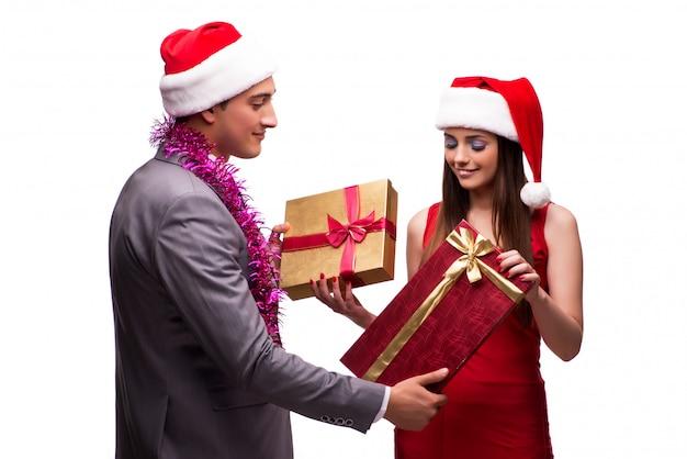 Paar het vieren kerstmis in het bureau dat op wit wordt geïsoleerd