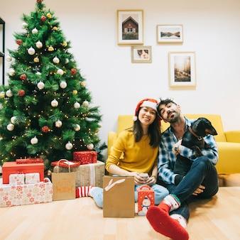 Paar het vieren kerstmis