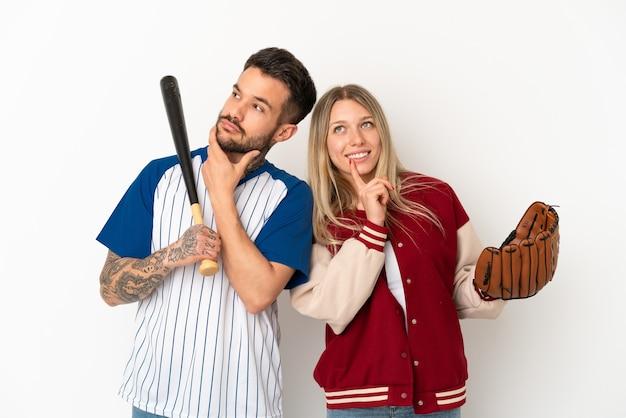 Paar honkbal spelen over geïsoleerde witte achtergrond denken een idee tijdens het opzoeken