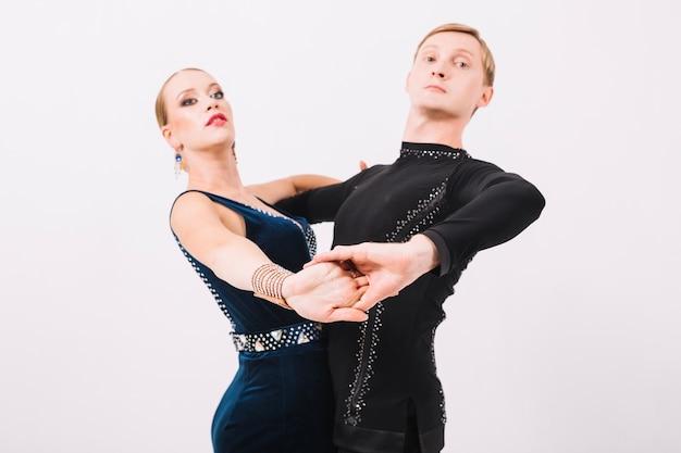 Paar in ballroom kostuums dansen samen