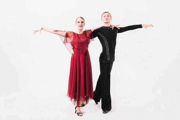 Paar in ballroom kostuums poseren voor de camera