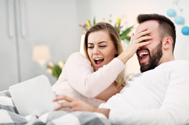 Paar in bed tv kijken
