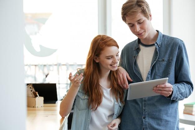 Paar in café met behulp van tablet pc