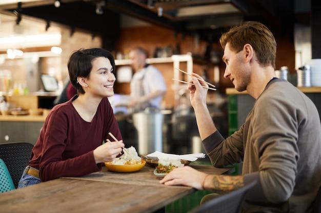 Paar in chinees eten restaurant