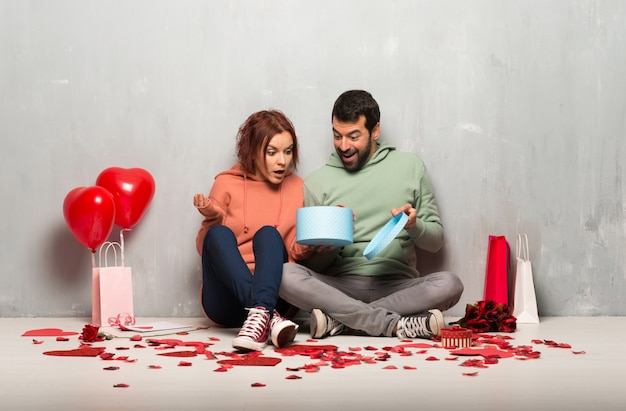 Paar in de doos van de de holdingsgift van de valentijnskaartdag in handen