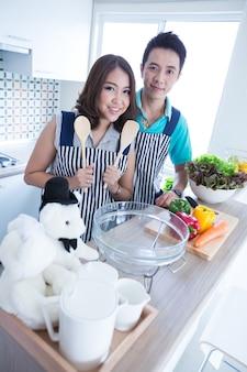 Paar in de keuken